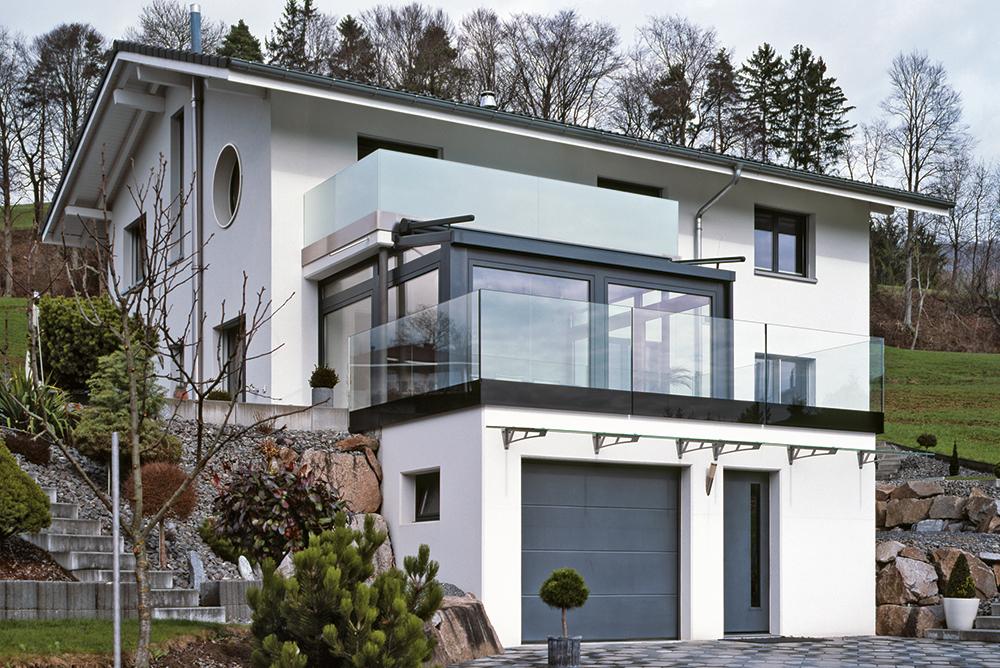 Einfamilienhaus mit Glasbalkon mit Durchsicht und einmal Blickdicht