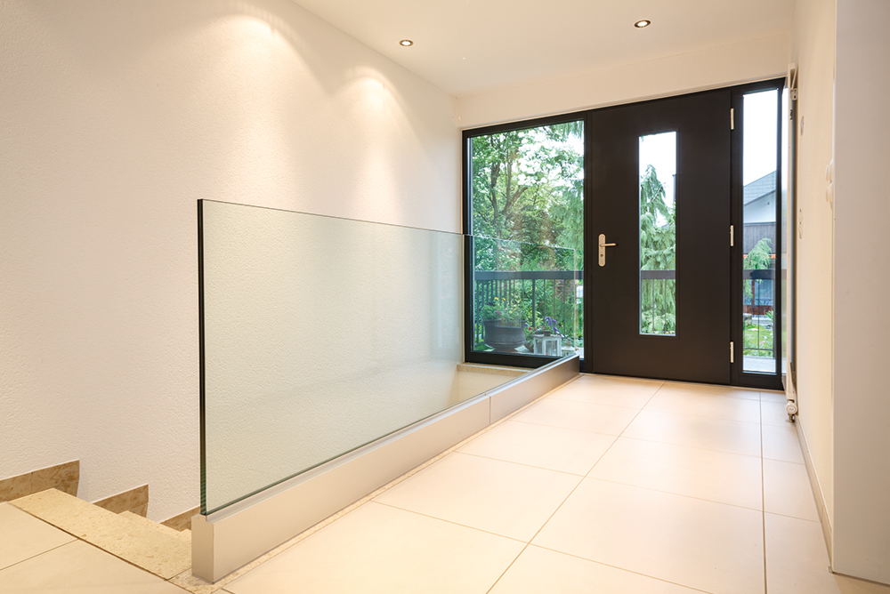 Treppengeländer aus Glas im Eingangsbereich eines Hauses