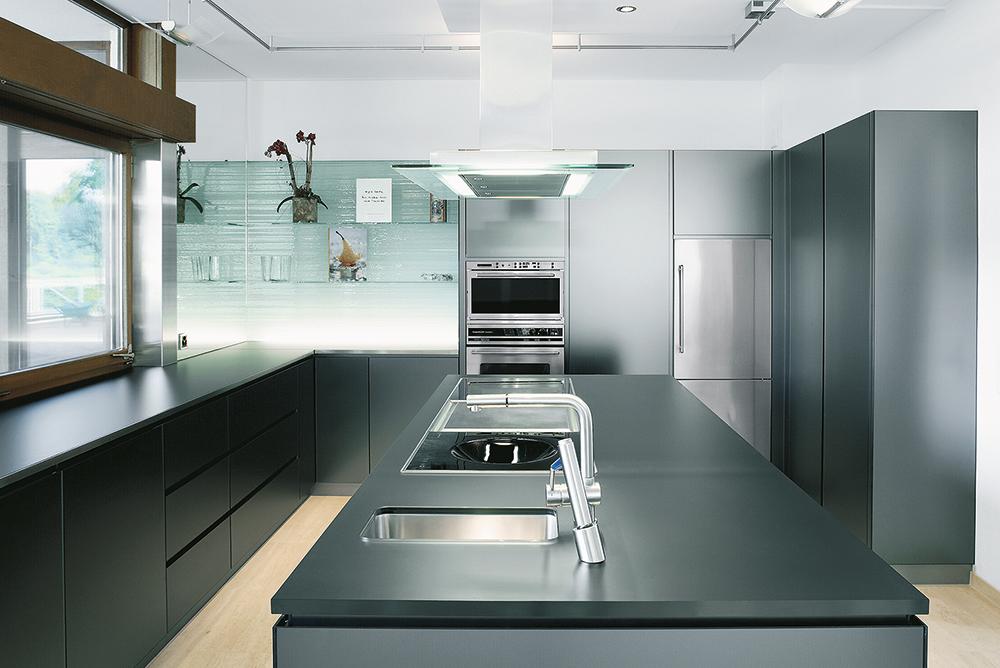 Moderne Küche mit Glasregalen und einer Küchenrückwand aus Glas