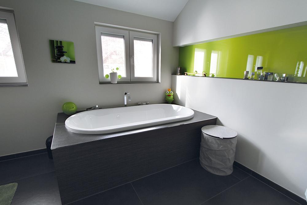 Badezimmer mit Sichtschutz im Fenster, sowie ein Spritzschutz aus Glas