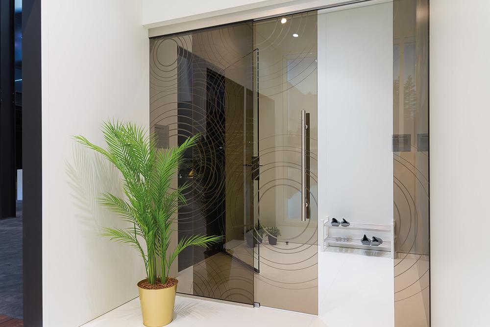 Bedruckte Schiebetüre aus Glas mit Kreisen im Wohnbereich